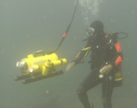 Diver using SeaOtter 2 under water